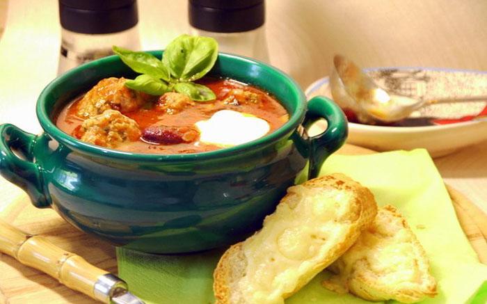 Средиземноморский томатный суп с фасолью и фрикадельками