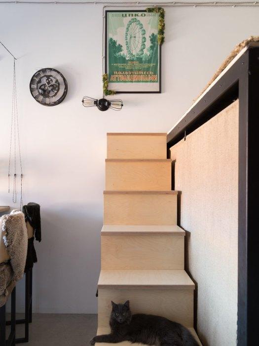 Лестница на второй этаж оснащена вместительными системами хранения (Россия). | Фото: the-village.ru.