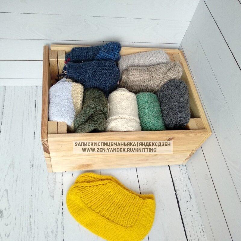 Стопки вязаных носков. Фото автора для оформления статьи
