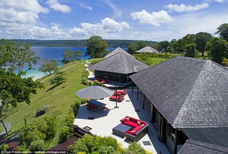 Зона отдыха с диванами, шезлонгами и видом на океан и пляж ynews, остров, продается, продается остров, рай, райское место, тихий океан, тропический курорт