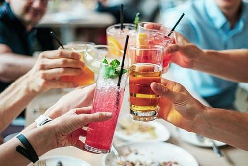Названы напитки, которые уменьшают жир на животе