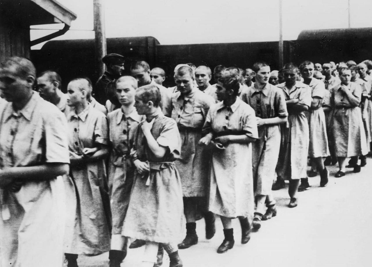 Узницы лагеря, признанные годными для работы, май 1944 года аушвиц, вторая мировая война, день памяти, конц.лагерь, концентрационный лагерь, освенцим, узники, холокост