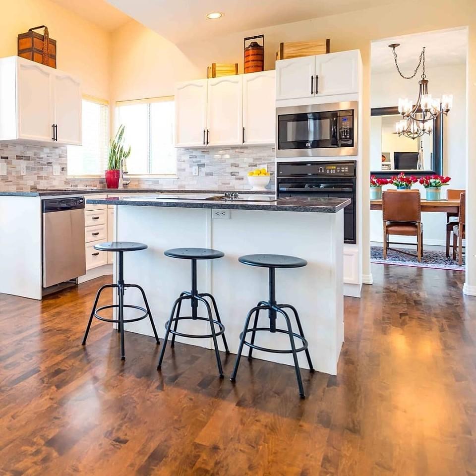 7 оригинальных способов использовать пространство над кухонными шкафами