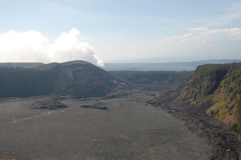 Кратер Килауэа Ики - уже остыл, вниз ведут туристические тропы америка, вулканы, гавайи, пейзажи, природа, путешествия