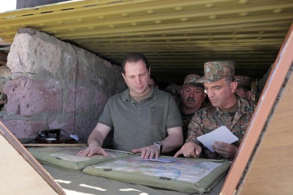Армения готовится квойне сАзербайджаном— интервью сминистром обороны
