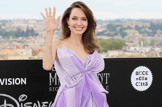 """""""Она наверстывает упущенное"""": инсайдер рассказал о личной жизни Анджелины Джоли"""