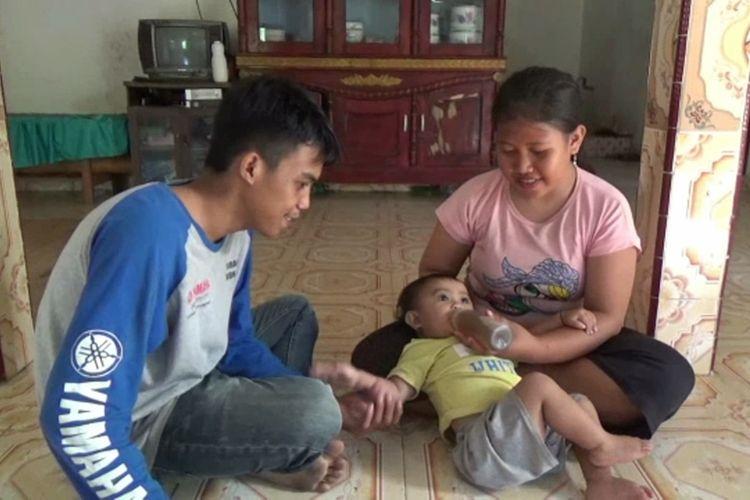 Семья из Индонезии поит годовалую дочь кофе вместо молока