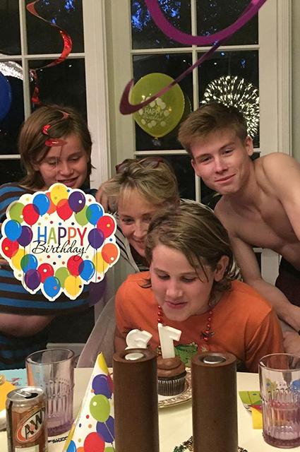 Шэрон Стоун показала редкое фото с тремя подросшими сыновьями Звездные дети