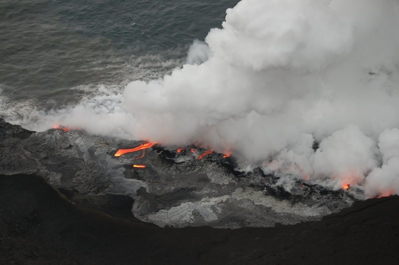 Из воды поднимается огромный фонтан пара америка, вулканы, гавайи, пейзажи, природа, путешествия