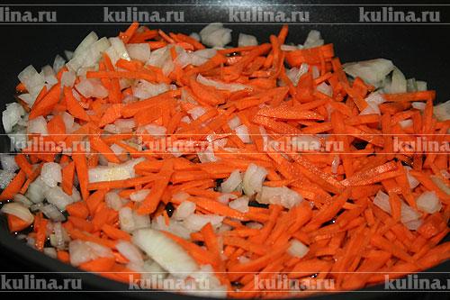 Морковку и лук нарезать соломкой, обжарить на растительном масле до золотистого цвета.
