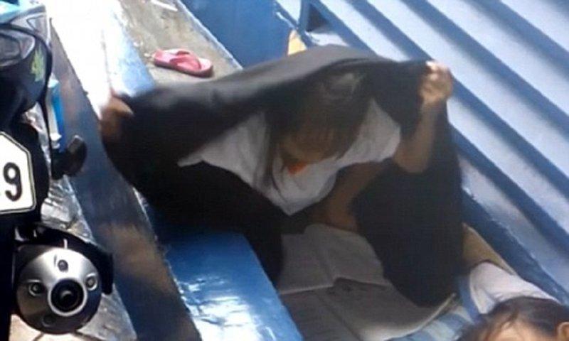 Бездомная девочка делает уроки под дождем, чтобы стать лучшей ученицей