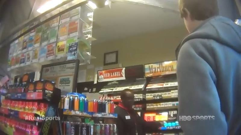 Когда мальчик пытается купить табачные изделия, ему говорят: «Мне очень жаль, я не могу продать вам сигареты» америка, в мире, люди, магазин, оружие, эксперимент