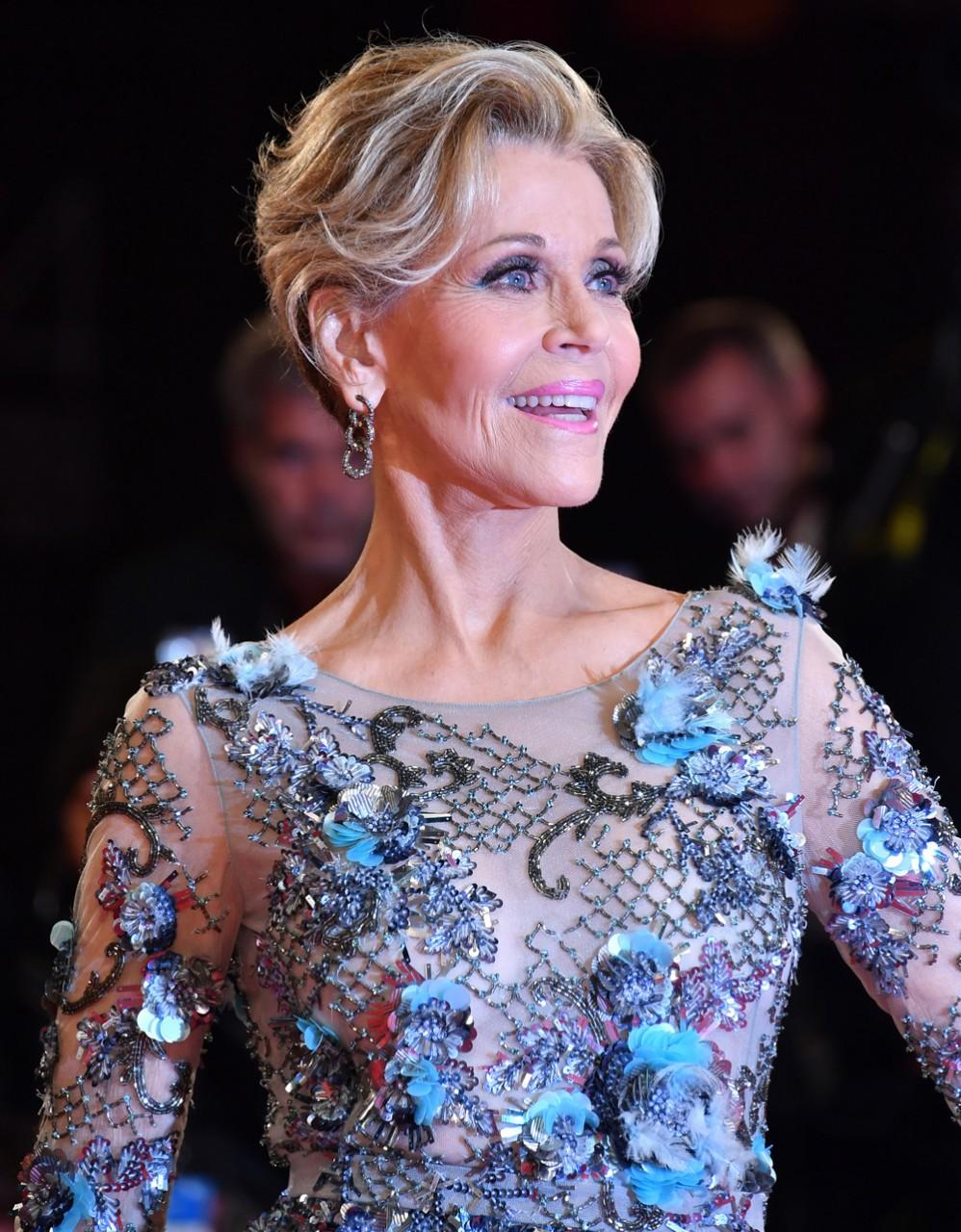 Какие наши годы —  Джейн Фонда в полупрозрачном платье от Marchesa дала фору сорокалетним!