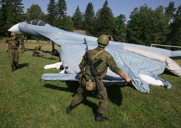 А здесь проходит , так сказать надувание самолёта . Сейчас надуют и полетят , может быть даже  в Сирию ...
