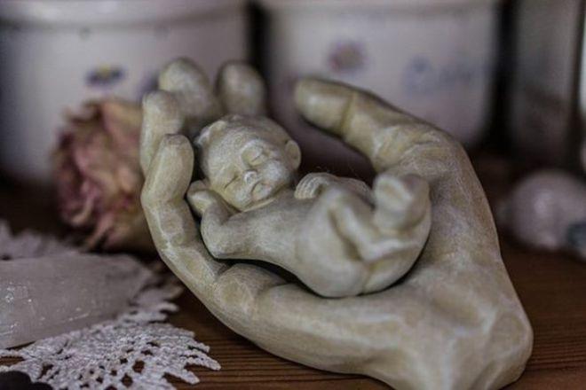 Младенец на ладони