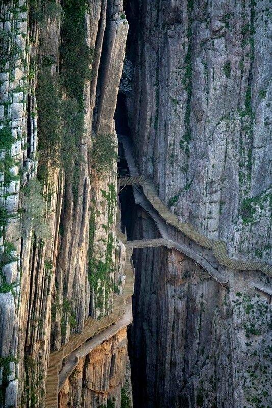 Королевская тропинка — сооружение, состоящее из бетона и вбитых в скалу костылей и железнодорожных рельсов. Тропа расположена между водопадами Чорро и Гайтанехо в ущелье Эль Чорро около Алоры в Малаге, провинции Испании горы, интересное, красота, скалы, стройка, царь природы