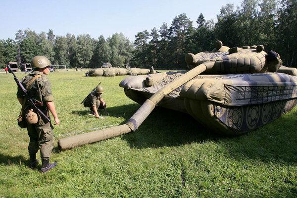 Надувной танк .
