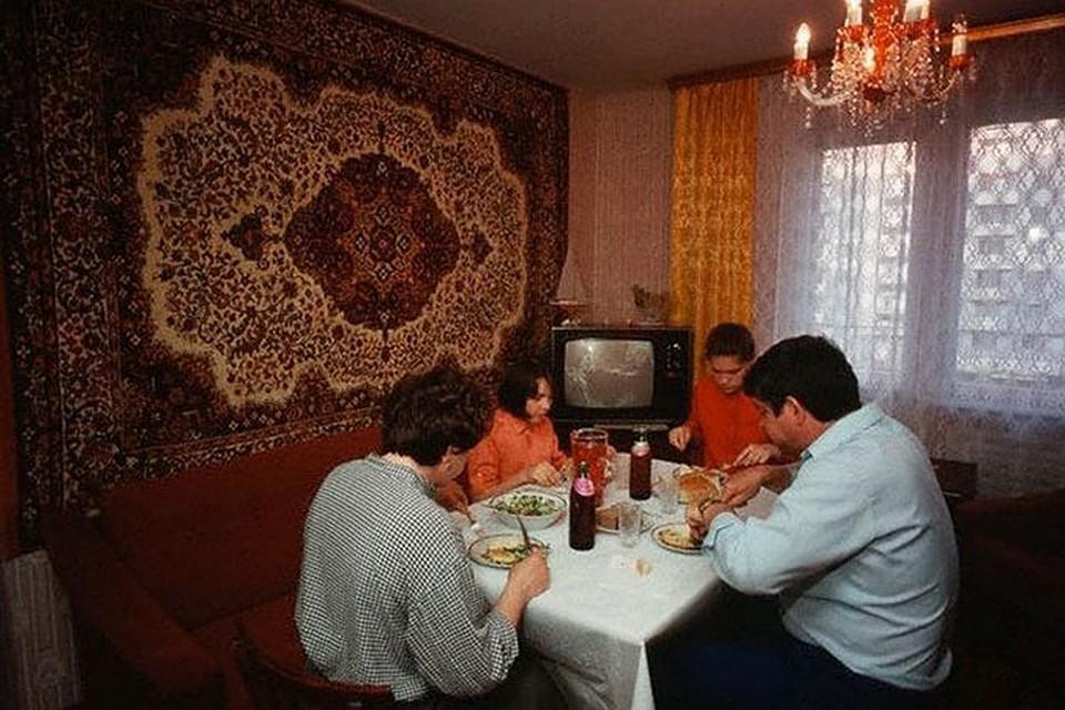 Дорогими коврами советские граждане украшали стены гостиной. Фото www.liveinternet.ru