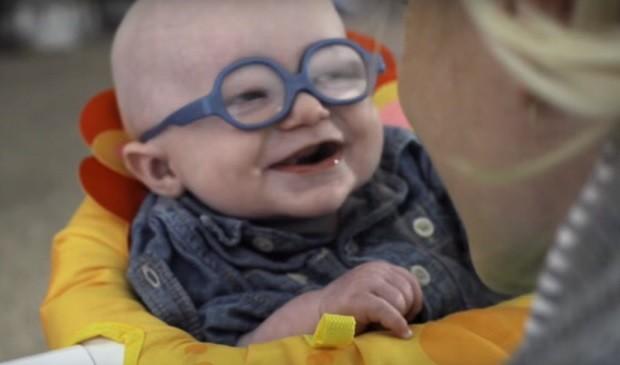 Малыш впервые ясно видит маму и его реакция растопит ваше сердце