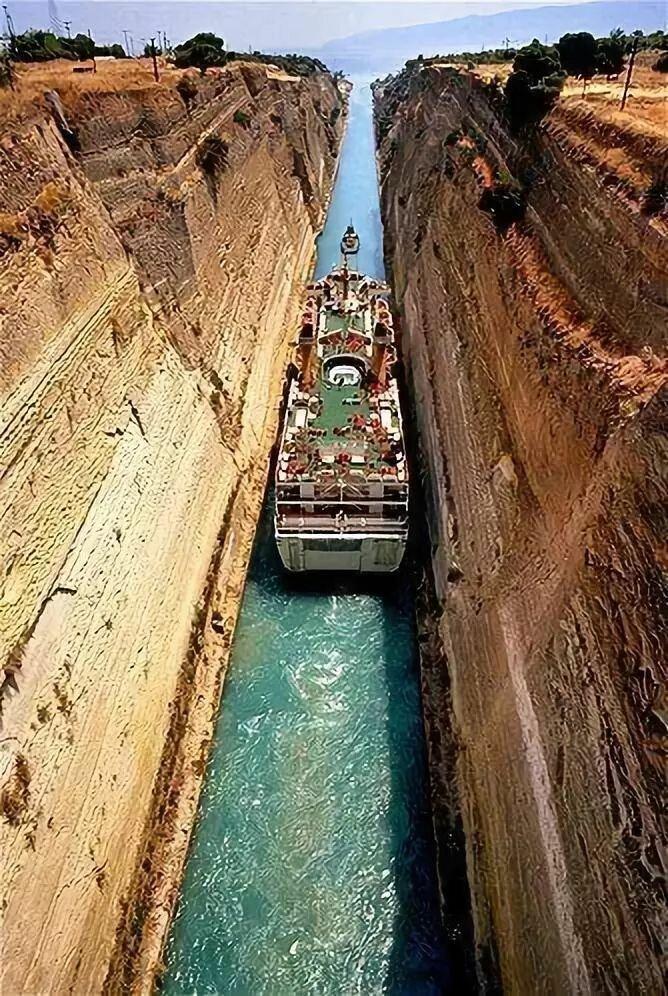 Коринфский канал — бесшлюзовый судоходный канал в Греции, соединяющий залив Сароникос Эгейского и Коринфский залив Ионического морей. Прорыт через Коринфский перешеек, соединяющий полуостров Пелопоннес с центральной частью Греции. горы, интересное, красота, скалы, стройка, царь природы