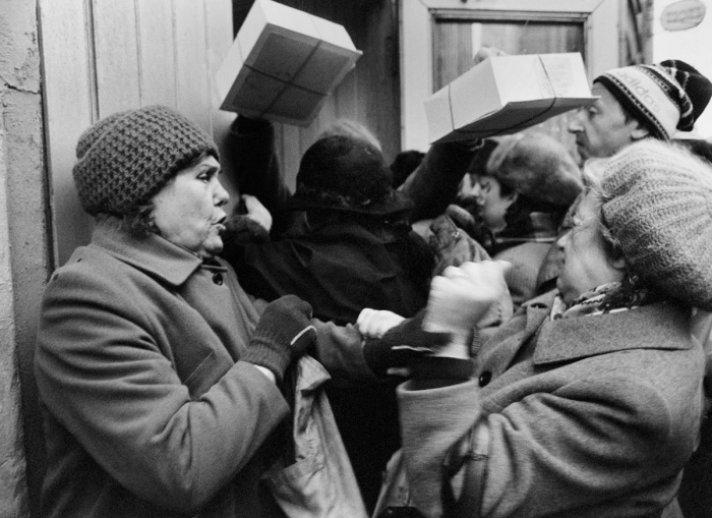 Пустые полки, дефицитный товар и грустные продавцы: жизнь советских людей
