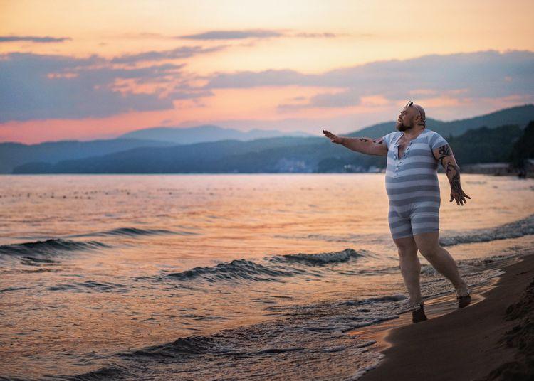 Фотограф пародирует типичные пляжные фотки девушек