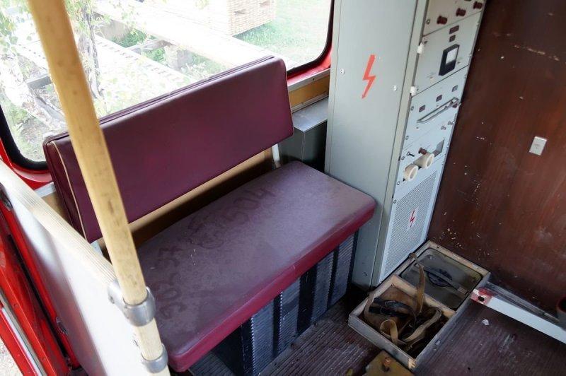 Слева от передней двери — ещё один двухместный диван, стоящий боком, и шкаф с электрооборудованием ЛиАЗ 677, авто, автобус, лиаз