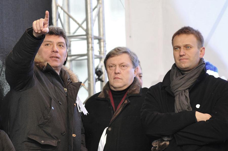 Власти взвешивают. И уравновешивают. Навального судить, Немцова увековечить