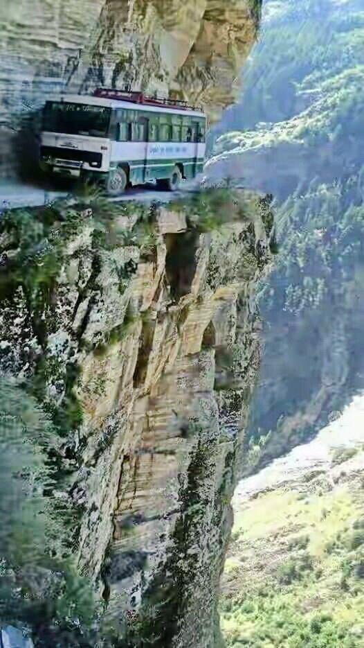 Дорога Юнгас - это велосипедный маршрут длиной около 60 км, который связывает город Ла-Пас и регион Юнгас в Боливии. горы, интересное, красота, скалы, стройка, царь природы