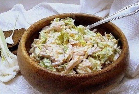 Побалуйте свою семью: 10 рецептов вкусных салатов с сыром