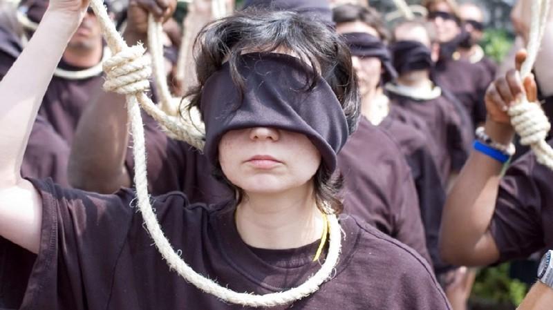 По данным Amnesty International (организации, выступающей за соблюдение международных стандартов и привлекающей внимание к привлекает внимание к нарушениям прав человека) в 2016 году было казнено более 1000 человек по всему миру Смертная казнь, споры, факты, цифры