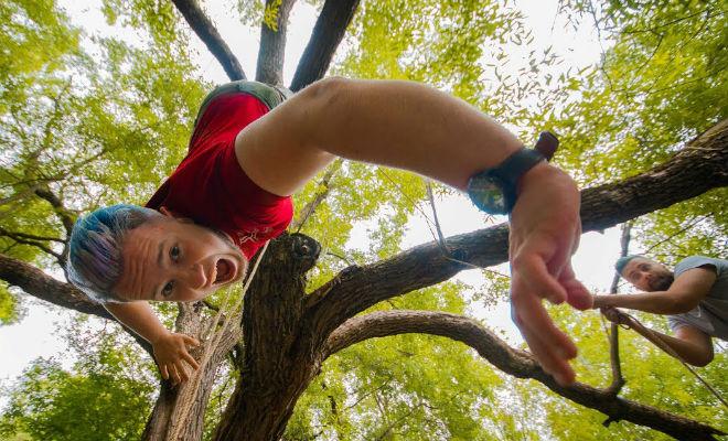 Как выбраться из хитрой лесной ловушки, если подвесили верх ногами на дереве