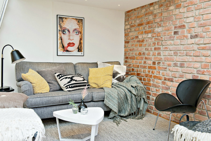 Кирпичная стена в гостиной. | Фото: Planete-deco.