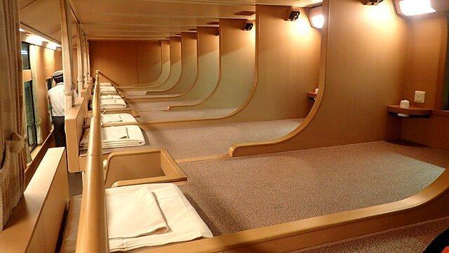 Пассажирам предлагают два варианта размещения: обычное место с небольшой перегородкой в мире, комфорт, поезд, ретро, япония
