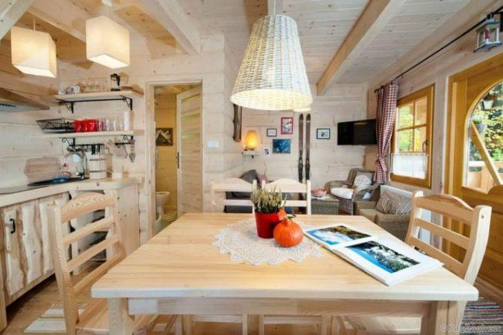 Этот деревянный домик кажется игрушечным только снаружи Фото