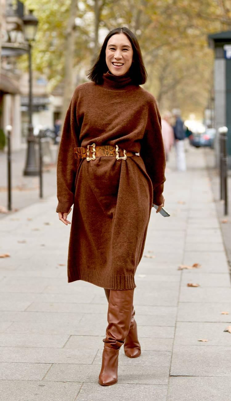 Девушка в коричневом платье свитер с ремнем и коричневые сапоги