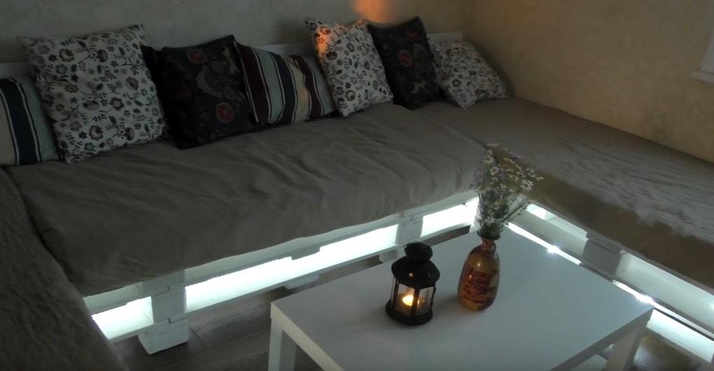 Отличный диван из материала, который большинство отправляет на свалку
