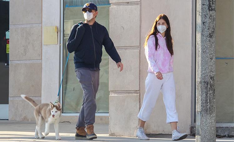 На домашнем: Леонардо Ди Каприо и Камила Морроне на прогулке с их новым щенком Звезды,Звездные пары