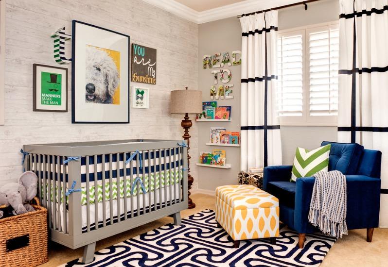 Большое синее кресло и яркие картинки на стенах