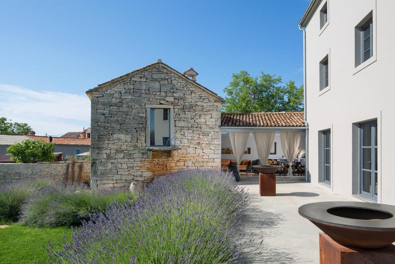 Интерьер виллы с гостевым домом в Хорватии