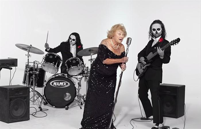 Кадр из видеоклипа «Смейся над смертью».