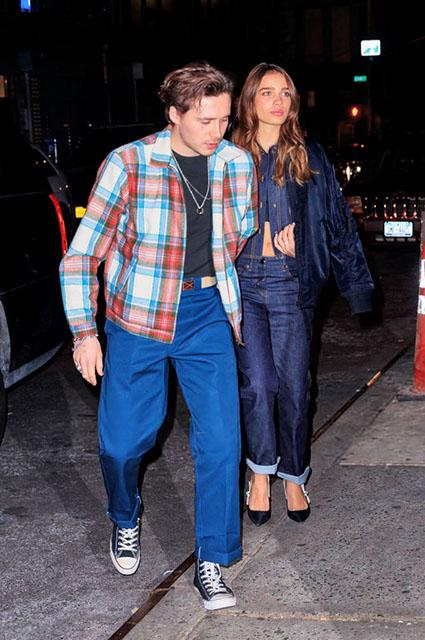 Семейная идиллия: Виктория и Дэвид Бекхэм с сыном Бруклином и его девушкой на ужине в Нью-Йорке звездные пары