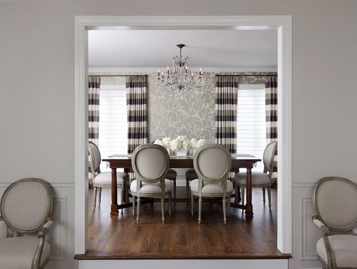 Столовая в серых тонах с интересными полосатыми шторами, которые просто отлично вписались в общий вид комнаты.
