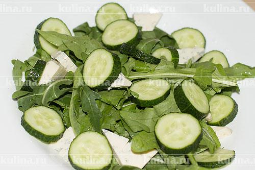 Огурцы нарезать кружками и выложить к остальным ингредиентам.
