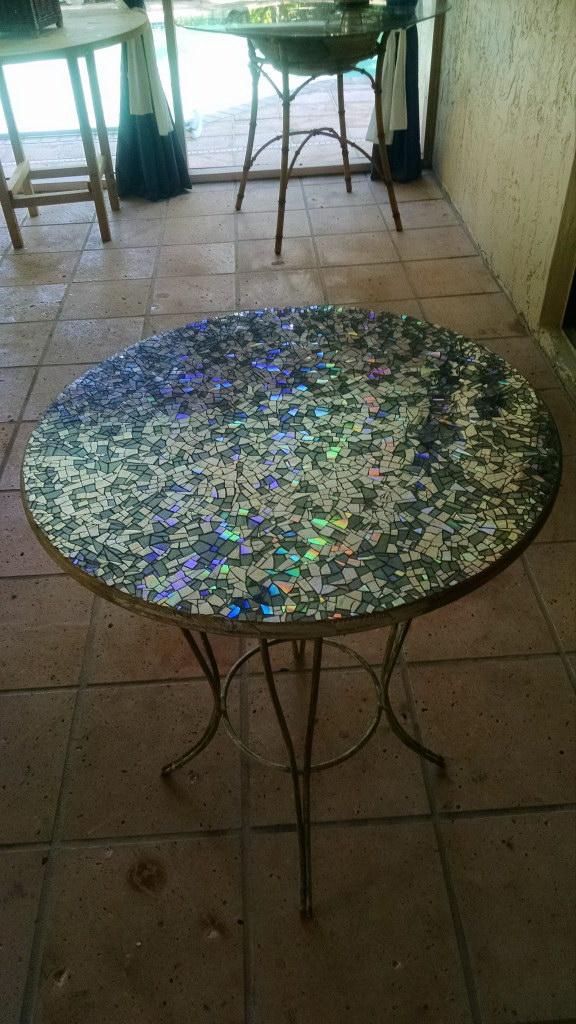 Красивая столешница с мозаикой из компакт-дисков