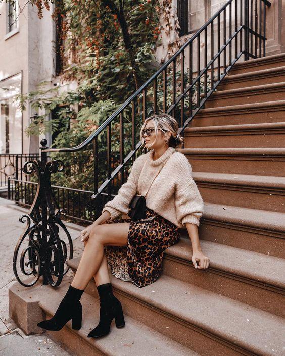 Девушка в леопардовой юбке