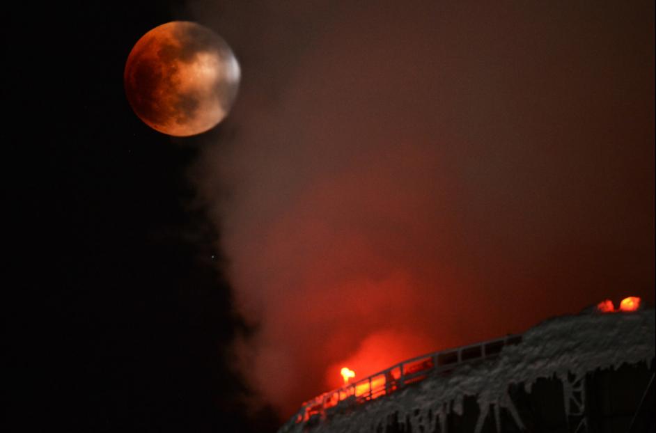 Суперголубая кровавая Луна - фотографии суперлуния от жителей всех континентов
