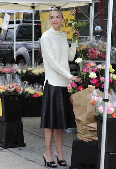 Девушка в юбке миди и светлом свитере оверсайз