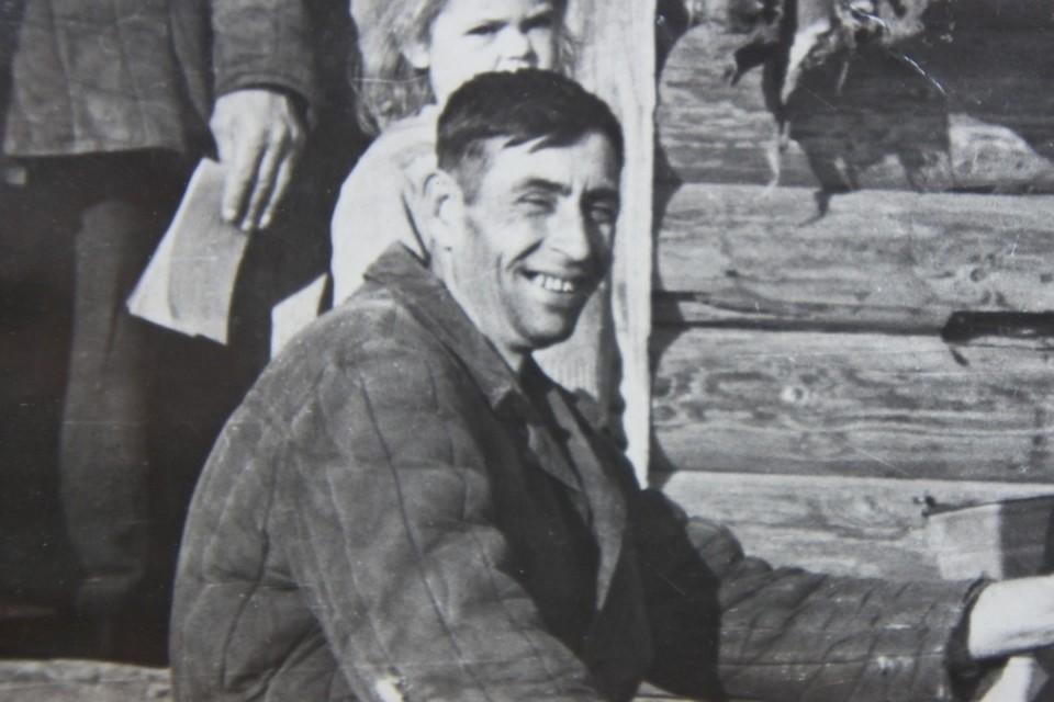 ВаÑилий Крохалев поÑле войны, у дома в деревне Комарово.