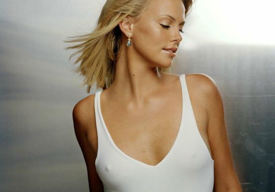 Сексуальная девушка с маленькой грудью